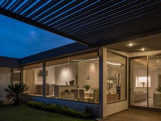 ROMERO DE LA MORA Casas de estilo moderno