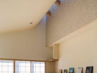 スズケン一級建築士事務所/Suzuken Architectural Design Office Modern living room Tiles Beige