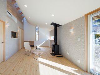 スズケン一級建築士事務所/Suzuken Architectural Design Office Modern living room Tiles Grey