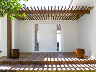 WR House Renata Matos Arquitetura & Business Case in stile tropicale Legno massello Effetto legno