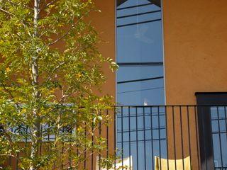 Mimasis Design/ミメイシス デザイン Balkon, Beranda & Teras Modern Yellow
