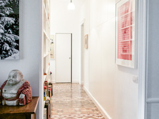 Santa Giulia_ Ristrutturazione appartamento Torino con3studio Ingresso, Corridoio & Scale in stile eclettico Piastrelle Variopinto
