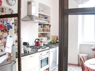 Santa Giulia_ Ristrutturazione appartamento Torino con3studio Cucina in stile industriale Bianco