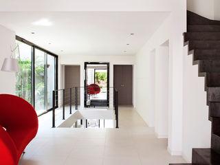 frederique Legon Pyra architecte Pasillos, vestíbulos y escaleras de estilo moderno