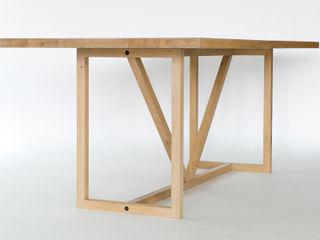 KT8 - Schlanke Fachwerkskonstruktion aus massivem Eichenholz oder Nussbaum klassisch und zeitlos Christian Kroepfl ArbeitszimmerSchreibtische