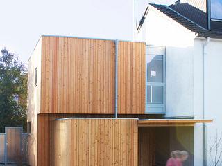 DANKE Architekten Pareti & Pavimenti in stile moderno