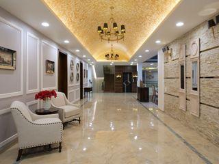 Studio A Коридор, прихожая и лестница в эклектичном стиле