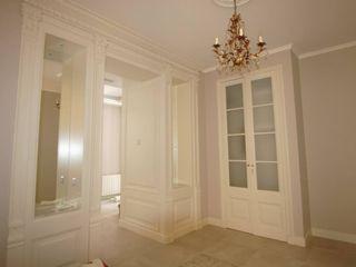Restauración Barrio Gótico de Barcelona FUSTERS CÓRDOBA Pasillos, vestíbulos y escaleras de estilo clásico Madera maciza Blanco
