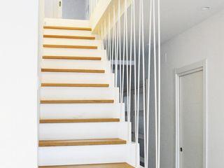 BONBA studio Classic style corridor, hallway and stairs