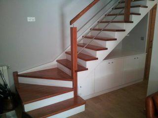 Escalera moderna Carpinteria Eguren SL Vestíbulos, pasillos y escalerasEscaleras