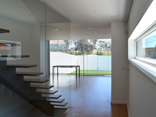 PeC Arquitectos Corredores, halls e escadas modernos