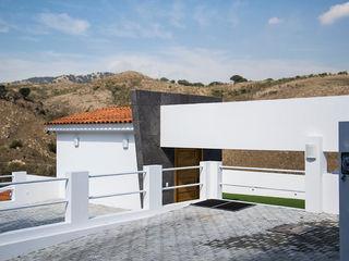 RESIDENCIA ROSELLA Excelencia en Diseño Garajes modernos Hierro/Acero Blanco