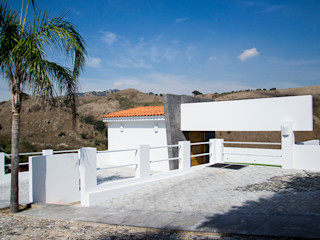 RESIDENCIA ROSELLA Excelencia en Diseño Casas modernas Ladrillos Blanco
