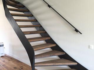 Trap in metaal met houten afwerking Feral Group Pasillos, vestíbulos y escaleras de estilo moderno Derivados de madera Negro