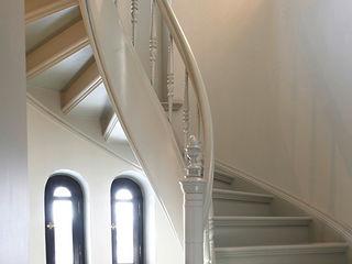 Trąbczyński Pasillos, vestíbulos y escaleras de estilo clásico Madera Blanco
