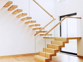 Trąbczyński Pasillos, vestíbulos y escaleras de estilo minimalista Madera