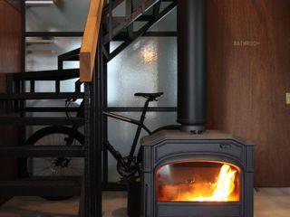 玄関土間の薪ストーブが家全体を暖める HOUSETRAD CO.,LTD オリジナルスタイルの 玄関&廊下&階段