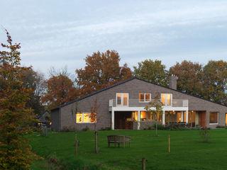 De Zwarte Hond Country style house Bricks