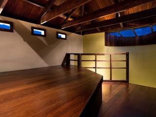 Remodelación y Ampliación en Teusaquillo, Bogotá SDHR Arquitectura Habitaciones modernas Madera Marrón