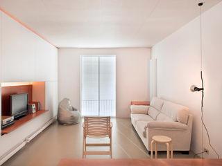 Vivienda semiprefabricada en el Eixample (Barcelona) Estudi Agustí Costa Salones de estilo moderno