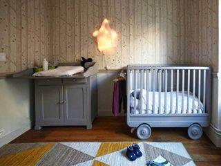Appartement Paris STUDIO SANDRA HELLMANN Chambre d'enfantsBureaux & chaises Bois Jaune