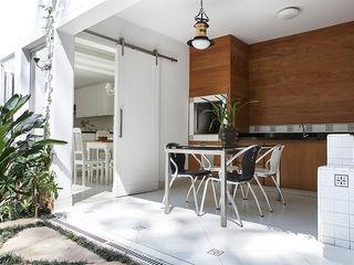 Lucia Helena Bellini arquitetura e interiores Modern style balcony, porch & terrace