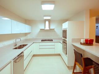 Cabral Arquitetura Ltda. Cucina moderna Granito Bianco