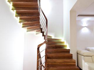 lifestyle-treppen.de Modern corridor, hallway & stairs Wood