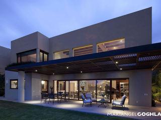 Terraza MARIANGEL COGHLAN Balcones y terrazas modernos: Ideas, imágenes y decoración