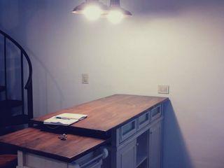 Estudio BDesign Sala da pranzo in stile industriale Legno Effetto legno