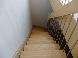 lifestyle-treppen.de Modern corridor, hallway & stairs Bamboo