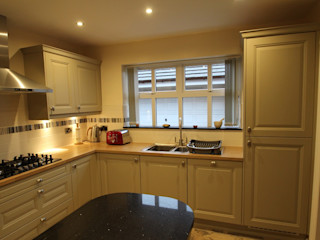 Traditional English Kitchen (with a bit of modern!) AD3 Design Limited クラシックデザインの キッチン
