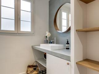 Transition Interior Design Baños de estilo moderno Madera Azul