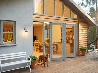 Bi-fold doors The Wood Window Alliance Fenêtres & Portes modernes Bois Gris