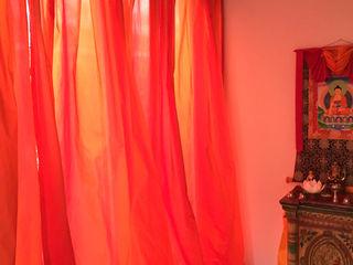 Dramatischer Effekt mit Splendore II von Christian Fischbacher JUSCZYK raum+ausstattung Asiatische Wohnzimmer Rot