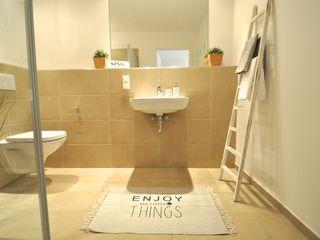 kleine Musterwohnung in schwarz-weiß Karin Armbrust - Home Staging Skandinavische Badezimmer