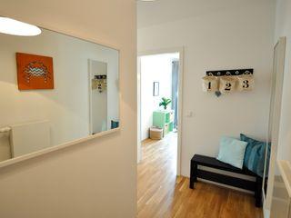 kleine Musterwohnung in türkis/orange Karin Armbrust - Home Staging Flur, Diele & Treppenhaus im Landhausstil