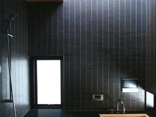 中川龍吾建築設計事務所 Modern bathroom Tiles Black
