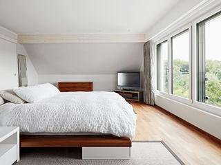 Bedroom Baufritz (UK) Ltd. Modern Bedroom