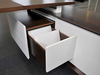 Schreibtisch Fang Interior Design Oficinas y bibliotecas de estilo moderno
