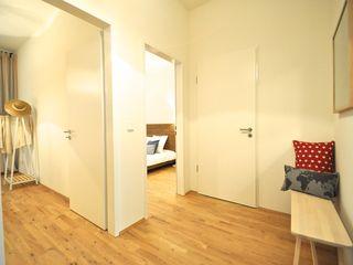 Maritime Musterwohnung Karin Armbrust - Home Staging Moderner Flur, Diele & Treppenhaus