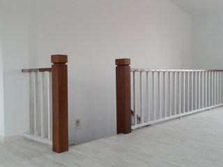 MUDEYBA S.L. Corridor, hallway & stairsStairs Solid Wood Grey