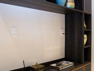 Ana Adriano Design de Interiores Прихожая, коридор и лестницыПолки и комоды Дерево Эффект древесины