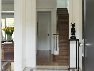 DIEGO REVOLLO ARQUITETURA S/S LTDA. Pasillos, vestíbulos y escaleras de estilo moderno
