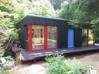 NUR HOLZ Massivholzhaus, Vollholzhaus Gästehaus in Altenkirchen, Westerwald MCB International Timber-Work Limited Moderne Häuser Massivholz Schwarz