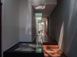 Almazan y Arquitectos Asociados Pasillos, vestíbulos y escaleras de estilo ecléctico Hormigón Blanco