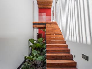 Almazan y Arquitectos Asociados Eclectic style gardens Concrete White