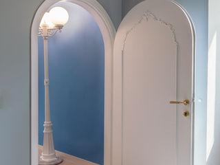 Luxury Apartment in Rome-Piazza di Spagna Tania Mariani Architecture & Interiors Soggiorno eclettico Legno Blu