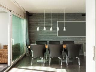 Rénovation d'une maison d'architecte face au lac Deco-Daix Salle à manger moderne Bois massif Gris