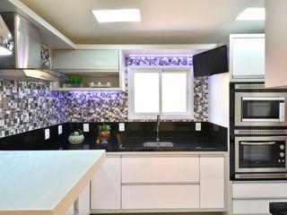 COZINHA MODERNA Graça Brenner Arquitetura e Interiores Cozinhas modernas Metal Metalizado/Prateado